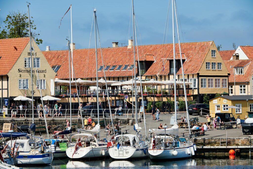 Hotel Siemsens Gård har udsigt til den charmerende havn i Svaneke. Værelserne er nydeligt indrettede.