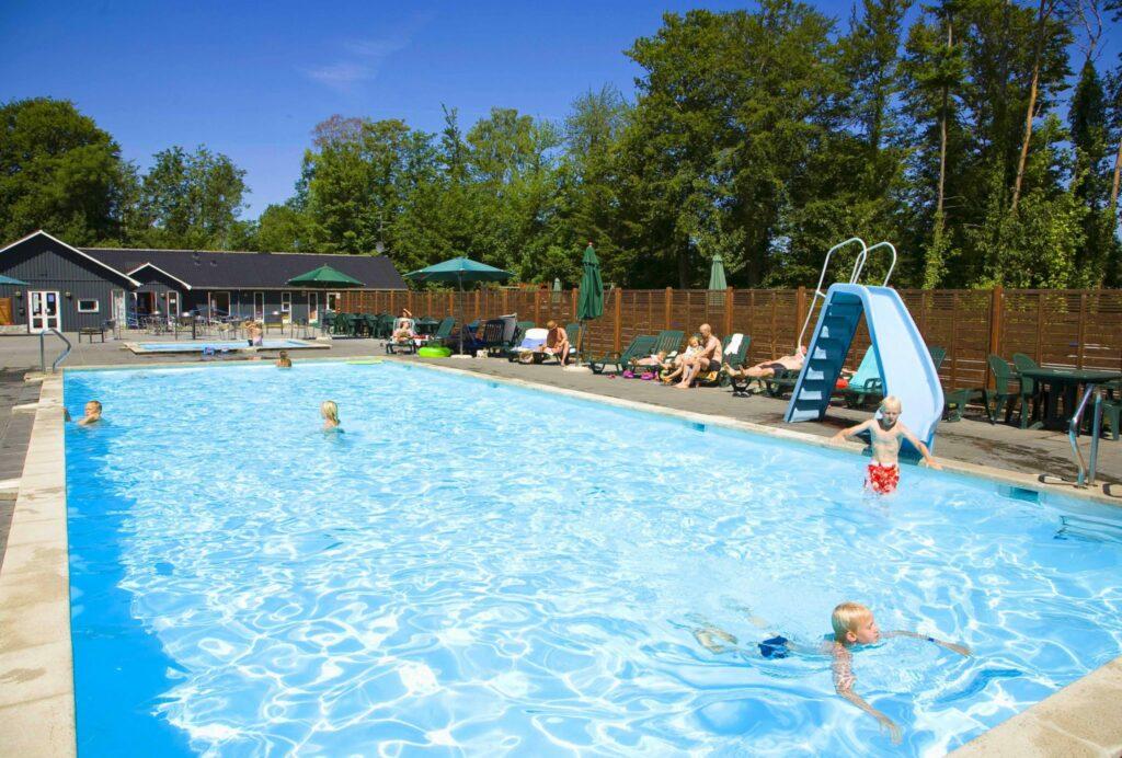 Når man bor på solskinsøen kan det være godt med en pool eller bo tæt på stranden. Se hvad vi kan tilbyde.
