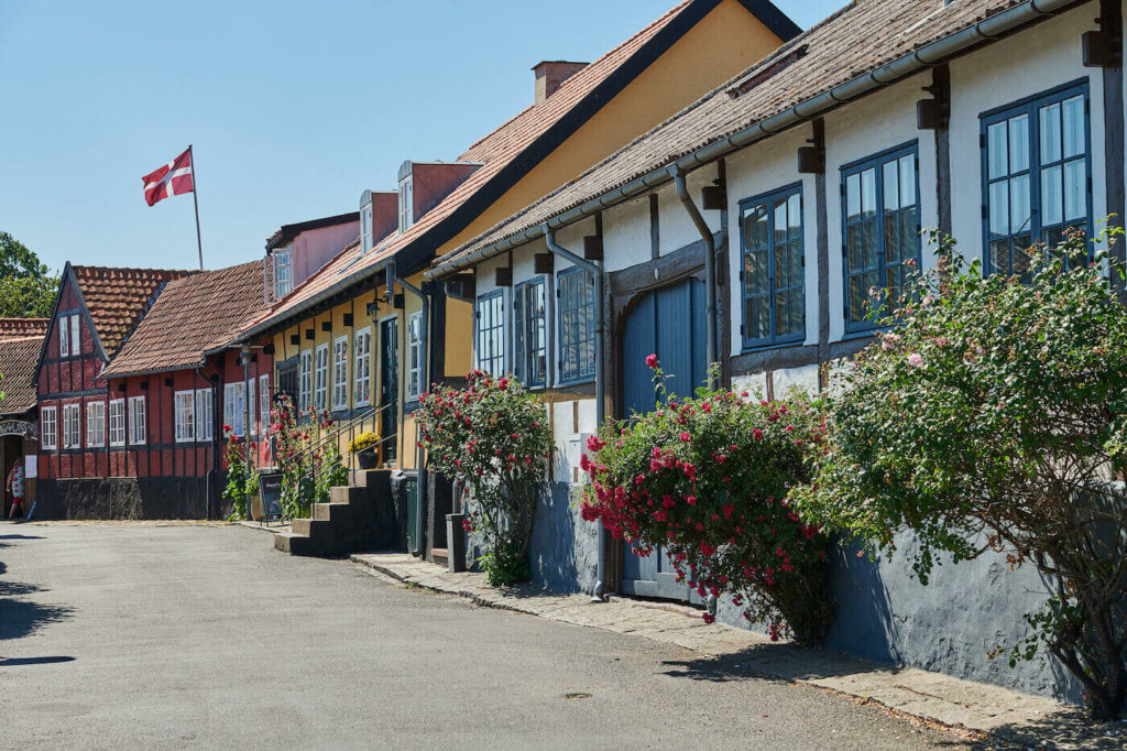 Allinge-Sandvig er en charmerende havneby. Her finder man man restauranter, musikoplevelser og skønne bygninger.