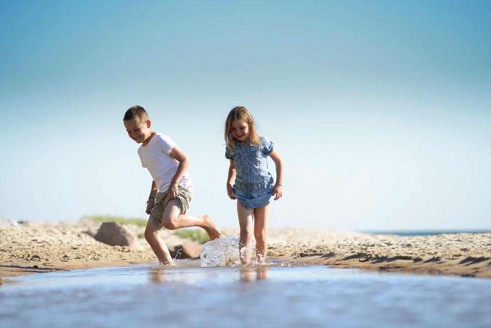 Familieferie på Bornholm er blandt det bedste i Danmark. Bo tæt på strand, eller nyd at have en pool på hotellet.