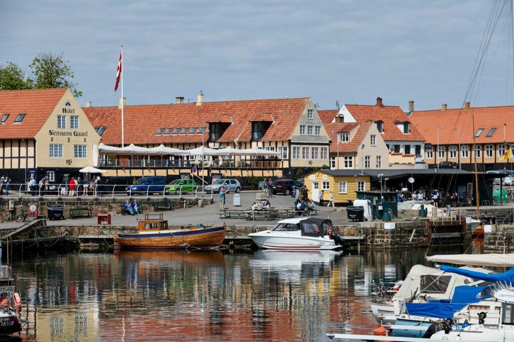 Svaneke er Danmarks ældste handelsstad og formentlig den mest populære by på Bornholm om sommeren.