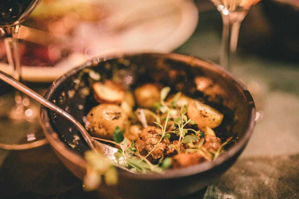 Bornholmer er et oplagt rejsemål for madglade. Bo et sted hvor hotellets restaurant er i særklasse, eller bo tæt på en af vores anbefalede restauranter.