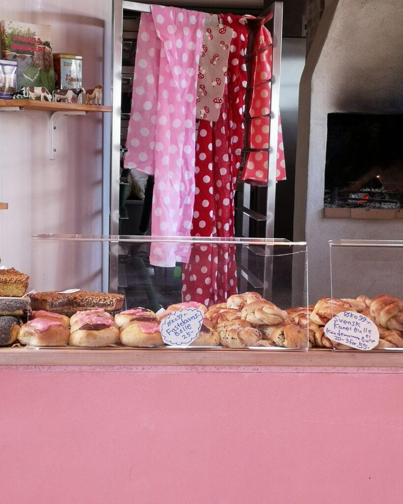 Cafe Rosa i Gudhjem er en hyggelig bager kombineret med café. Man kan enten købe med hjem, eller nyde det i caféen.