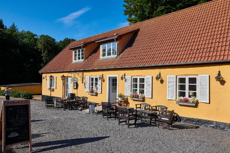 Hotel Skovly mellem Rønne og Hasle er oplagt til den aktive familie der er på ferie.